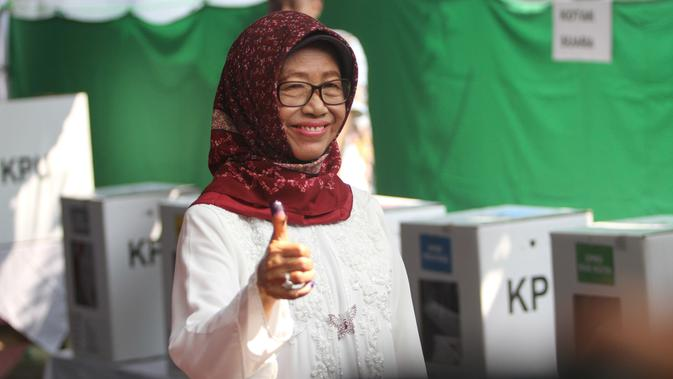 Ibunda Presiden Jokowi, Sujiatmi Notomiharjo mencoblos di Tempat Pemungutan Suara (TPS) 38 Kampung Tirtoyasan RT 04 RW 13 Manahan, Solo.