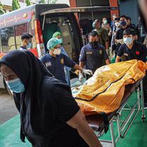 Petugas menurunkan kantong jenazah korban kebakaran Lapas Kelas I Tangerang dari ambulans di RS Polri Kramat Jati, Jakarta, Rabu (8/9/2021). Sebanyak 41 warga binaan tewas akibat kebakaran yang terjadi di Blok C 2 Lapas Kelas I Tangerang. (Liputan6.com/Faizal Fanani)