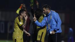 Pelatih Bhayangkara FC, Simon McMenemy, memberikan instruksi kepada Paulo Sergio saat melawan PSM Makassar pada laga Liga 1 di Stadion PTIK, Jakarta, Senin (3/12). Kedua klub bermain imbang 0-0. (Bola.com/Yoppy Renato)