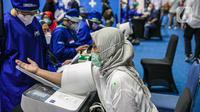Petugas mengecek kesehatan lansia saat menghadiri kegiatan Sentra Vaksinasi Bersama COVID-19 di Istora Senayan, Jakarta, Senin (15/3/2021). Sentra Vaksinasi Bersama COVID-19 bagi lansia ini berlangsung pada 8 Maret hingga 10 Mei 2021. (Liputan6.com/Faizal Fanani)