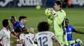Kiper Real Madrid, Thibaut Courtois, menangkap bola saat melawan Getafe pada laga Liga Spanyol di Stadion Alfonso Perez, Senin (19/4/2021). Kedua tim bermain imbang 0-0. (AP Photo/Manu Fernandez)