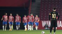 Kapten dan ikon Barcelona, Lionel Messi lesu ketika melihat pemain Granada merayakan gol pada ajang Copa del Rey, Kamis (04/02/2021) dini hari WIB.  (JORGE GUERRERO / AFP)