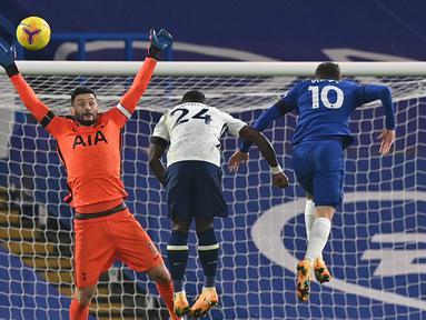 Kiper Tottenham Hotspur, Hugo Lloris, membuat penyelamatan dari tandukan gelandang Chelsea, Christian Pulisic (kanan), dalam laga lanjutan Liga Inggris 2020/21 di Stamford Bridge, Minggu (29/11/2020) waktu setempat. Tottenham bermain imbang 1-1 dengan Chelsea. (AFP/Justin Tallis/Pool)