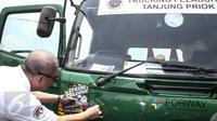 Penempelan stiker Truk Pelopor Keselamatan Berlalu Lintas di kaca depan truk di Jakarta Internasional Container Terminal (JICT) , Jakarta, Senin (13/3). (Liputan6.com/Faizal Fanani)