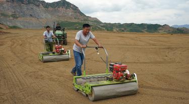 Sejumlah orang menabur benih rumput pada ladang yang direstorasi dari bekas tambang di Kota Maquanzi, Wilayah Otonom Etnis Manchu Qinglong, Provinsi Hebei, China, 5 September 2020. Wilayah tersebut berfokus pada restorasi tambang terbuka dan reklamasi sekitar 584 hektare lahan. (Xinhua/Yang Shiyao)