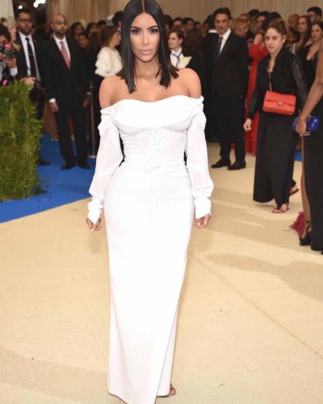 Kim Kadarshian memakai gaun saat menghadiri acara formal. (sumber foto: @kimkadarshian/instagram)