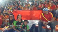 Suporter Selangor FA asal Indonesia, Gandar, bersama keluarganya ingin menyaksikan Evan Dimas dan Ilham Udin bermain untuk pertama kalinya di Liga Super Malaysia, Minggu (4/2/2018). (Bola.com/Vitalis Yogi Trisna)