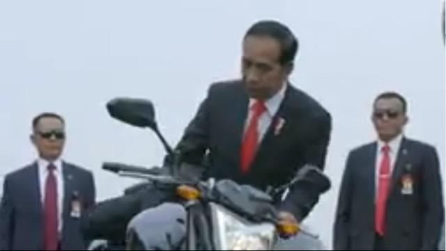 Berita video momen Presiden Republik Indonesia, Jokowi (Joko Widodo), saat menghadiri pembukaan Asian Games 2018 dengan aksi yang menjadi viral dan mengagumkan.