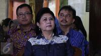 Ani Yudhoyono menyimak konferensi pers Ketua Umum Partai Demokrat Susilo Bambang Yudhoyono (SBY) di Cikeas, Bogor, Rabu (2/11). SBY menyikapi tuduhan dirinya sebagai dalang rencana demonstrasi pada 4 November mendatang. (Liputan6.com/Herman Zakharia)