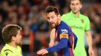 Striker Barcelona, Lionel Messi berusaha mencetak gol ke gawang Levante selama leg kedua babak 16 besar Copa del Rey di Stadion Camp Nou, Kamis (17/1). Barcelona lolos ke perempat final Copa Del Rey usai menang 3-0 atas Levante. (Josep LAGO / AFP)