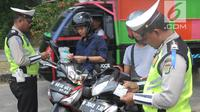 Petugas Polantas dan Dishub memeriksa kelengkapan surat pengendara dalam Operasi Zebra Jaya 2018 di kawasan Cinere, Depok, Selasa (30/20). Gelar operasi zebra ini bertujuan untuk menurunkan angka pelanggaran lalu lintas. (Merdeka.com/Arie Basuki)