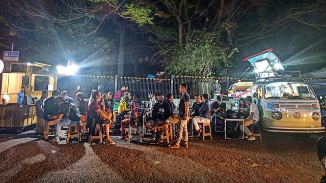 Nongkrong di Kedai Kopi Berjalan di Bandung Sembari Ditemani Lagu-Lagu Karaoke