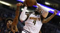 Forward Nuggets, Paul Milsap (4) mencoba menembak bola dari adangan Kelly Oubre Jr, bintang Suns. (AP Photo/Rick Scuteri)