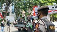 HMI Bojonegoro menggelar aksi damai dalam rangka merefleksikan HUT Republik Indonesia ke-76 di depan gedung DPRD Bojonegoro. (Liputan6.com/Ahmad Adirin)