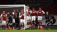 Gelandang Manchester City, Riyad Mahrez (kanan), mencetak gol kedua timnya lewat tendangan bebas ke gawang Arsenal dalam laga perempatfinal Piala Liga Inggris Carabao Cup di Emirates Stadium, London, Selasa (22/12/2020). Manchester City menang 4-1 atas Arsenal. (AFP/Adrian Dennis)