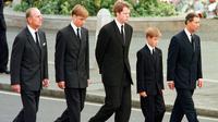 File foto 6 September 1997, dari kiri, Pangeran Philip dari Inggris, Pangeran William, Earl Spencer, Pangeran Harry dan Pangeran Charles berjalan di luar Biara Westminster selama prosesi pemakaman Putri Diana. Pangeran Philip meninggal pada 9 April 2021. (AP Photo/Jeff J. Mitchell, Pool, File)