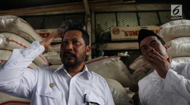 Direktur Utama Bulog, Budi Waseso dan Menteri Pertanian Amran Sulaiman melakukan sidak ke Pasar Induk Beras Cipinang, Jakarta, Kamis (8/11). Peninjauan sebagai upaya memonitor stabilisasi pasokan dan harga beras di pasar umum. (Merdeka.com/Imam Buhori)