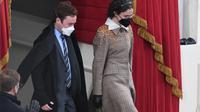 Anak tiri Wakil Presiden Amerika Serikat, Kamala Harris, Cole dan Ella Emhoff menghadiri pelantikan di Washington D.C., 20 Januari 2021. (OLIVIER DOULIERY / AFP)