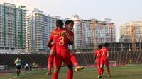 Gelandang Timnas Indonesia U-22, Witan Sulaeman, merayakan gol yang dicetaknya ke gawang Malaysia U-22 pada laga Piala AFF U-22 2019 di Stadion National Olympic, Phnom Penh, Selasa (20/2). Kedua negara bermain imbang 2-2. (Bola.com/Zulfirdaus Harahap)