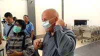Untuk menghindari penyebaran virus Corona, beberapa penumpang asing mendapatkan masker gratis di Bandara Wiriadinata, Kota Tasikmalaya, Jawa Barat (Liputan6.com/Jayadi Supriadin)