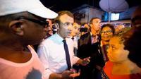 Presiden Prancis Emmanuel Macron saat bertemu dengan warga di Crique, Cayenne (Ronan Lietar/AFP)