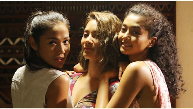 Tak mau mengambil setting tempat di luar negeri, Ini Kisah Tiga Dara mengangkat keindahan wilayah Indonesia yang patut dibanggakan. Seperti apa ceritanya? Saksikan hanya di Starlite!
