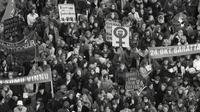 Pada 24 Oktober 1975, sekitar 90 persen perempuan di Islandia turun ke jalan dan berunjuk rasa menuntut kesetaraan hak dengan laki-laki. (Women's History Archives)