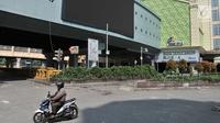 Pengendara sepeda motor melintas di depan pasar Blok A Tanah Abang, Jakarta, Rabu (22/5/2019). Tak ada aktivitas perdagangan pagi ini di Pasar Tanah Abang , menyusul aksi 22 Mei 2019. (merdeka.com/Iqbal S Nugroho)