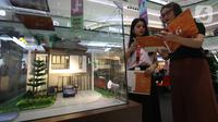 Pengunjung mendapatkan penjelasan saat pameran properti Mandiri Fiesta Expo di Jakarta, Selasa (12/11/2019).  Pameran ini juga menawarkan promo diskon 20 persen premi Asuransi dan free e-Money untuk nasabah Mandiri Group dan nasabah Sinar Mas Land yang mengajukan KPR. (Liputan6.com/Angga Yuniar)