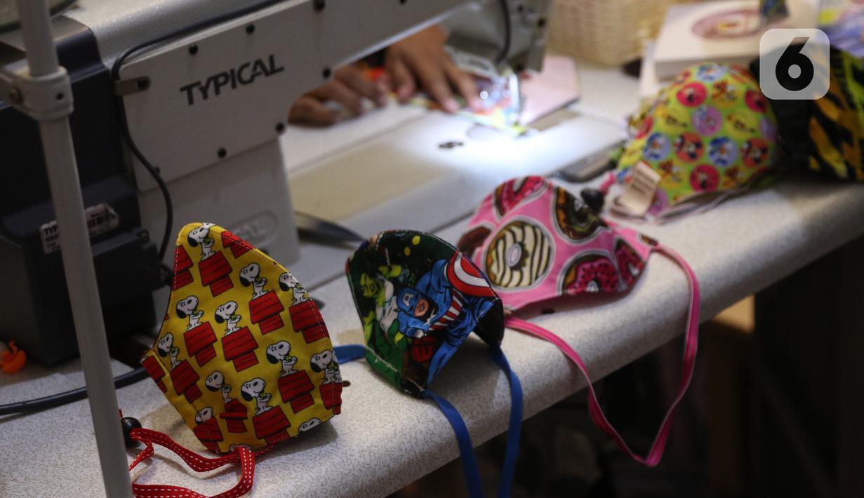 Sejumlah masker berkarakter terlihat di home industri Yesya Frita Indonesia, Kota Tangerang, Kamis (26/11/2020). Wapres Ma`ruf Amin menyebutkan  sektor usaha kecil menengah menjadi pendorong utama pemulihan ekonomi nasional selama masa pandemi Covid-19. (Liputan6.com/Angga Yuniar)