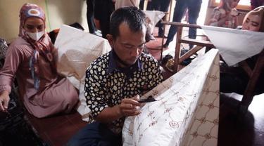 Nampak salah seorang ASN Lingkuang Pemda Garut, Jawa Barat tengah belajar membatik batik Garutan di sela-sela pembinaan yang dikukan saat ramadan berlangsung.