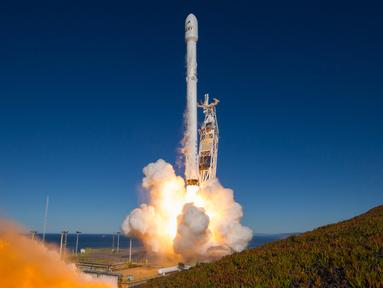 Setelah sempat mengalami penundaan akibat cuaca buruk pekan lalu, SpaceX akhirnya kembali meluncurkan Roket Falcon 9 dari Vandenberg Air Force Base di California, Sabtu (14/1) (AP Photo)