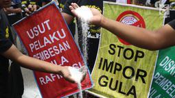 Perwakilan petani tebu menebarkan gula rafinasi saat berunjuk rasa di sekitar depan Istana Negara, Jakarta, Selasa (16/10). Puluhan perwakilan petani tebu berunjuk rasa menuntut pemerintah menyetop impor gula. (Liputan6.com/Helmi Fithriansyah)