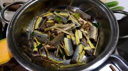 Foto pada 24 Agustus 2018 memperlihatkan hidangan olahan daging ular disiapkan di sebuah restoran khusus provinsi Yen Bai, Vietnam. Daging ular dianggap sebagai hidangan yang memuaskan sekaligus bergizi bagi penduduk Vietnam. (AFP/Nhac NGUYEN)