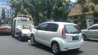 Mobil derek Dishub DKI saat menderek mobil pribadi di Jalan Diponegoro, Jakarta Pusat, Kamis (1/10/2015). (Liputan6.com/Audrey Santoso)