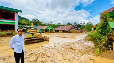 Jokowi mengunjungi lokasi banjir bandang di Desa Banjar Irigasi, Kecamatan Lebakgedong, Kabupaten Lebak, Banten.