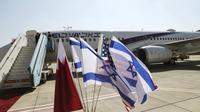 Bendera nasional Bahrain, Israel dan Amerika, dekat pesawat pembawa bendera Israel El Al yang akan mengibarkan delegasi Israel, ditemani oleh para pembantu AS ke Bahrain untuk meresmikan hubungan dan memperluas kerjasama Teluk, di bandara Ben Gurion di Lod, dekat Tel Aviv. (Ronen Zvulun/AP)