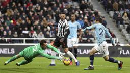 Kiper Newcastle United, Martin Dubravka, berebut bola dengan gelandang Manchester City, David Silva, pada laga Premier League di Stadion James Park, Selasa (29/1). Newcastle United menang 2-1 atas Manchester City. (AP/Richard Sellers)