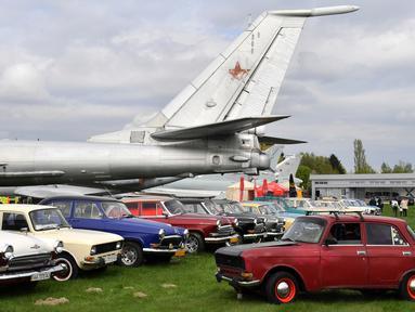 Mobil dan pesawat dipamerkan selama hari pembukaan festival mobil retro OldCarLand di Kiev (27/4). Lebih 1000 kendaraan yang dibuat di AS, Eropa dan Uni Soviet periode 1930-1970 dipamerkan bersama dengan 90 pesawat Uni Soviet. (AFP Photo/Sergei Supinsky)