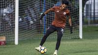 Kiper Persija Jakarta, Rizky Darmawan, memainkan bola saat latihan di Lapangan ABC, Jakarta, Jumat (30/3/2018). Latihan ini persiapan jelang laga Liga 1 melawan Arema FC. (Bola.com/Vitalis Yogi Trisna)