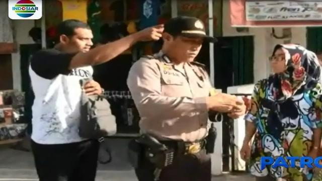 Seorang wanita yang sedang berjalan kaki di Kota Palembang, menjadi korban kawanan jambret yang salah satunya mengenakan seragam pengemudi ojek daring.