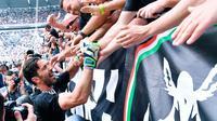 Kiper Juventus Gianluigi Buffon menyapa suporter sebelum pertandingan melawan Hellas Verona pada lanjutan Liga Serie A Italia di Stadion Allianz, (19/5). Buffon dipastikan akan hengkang pada setelah musim ini berakhir. (AP Photo/Alessandro Di Marco)