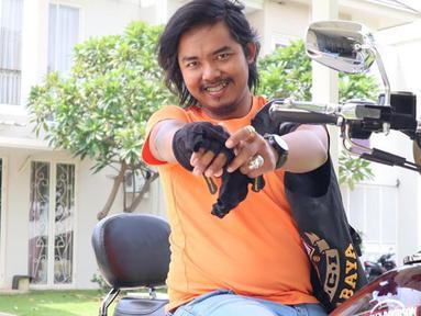 Sebelum menjadi komika terkenal, pria kelahiran Blitar, 30 Juni 1985 ini pernah berprofesi sebagai guru Geografi.  Kini ia sukses menjadi artis dan pelawak Tanah Air yang kaya raya. (Liputan6.com/IG/@dodit_mul)