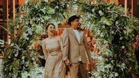 Mutia Ayu mengunggah potret kebersamaannya dengan Glenn Fredly. Mereka kompak pakai warna baju yang sama (Dok.Instagram/@mutia_ayuu/https://www.instagram.com/p/B_Lr9yWHd17/Komarudin)