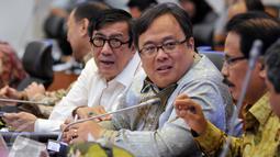 Menkumham Yasonna Laoly dan Menkeu Bambang Brodjonegoro saat rapat kerja bersama Banggar DPR di kompleks Parlemen, Jakarta, Selasa (21/6). Rapat terkait pembahasan postur sementara RUU tentang perubahan APBN tahun anggaran 2016. (Liputan6.com/Johan Tallo)