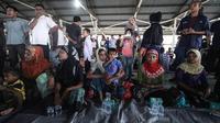 Pengungsi wanita Rohingya beristirahat di tempat penampungan sementara di Bireuen, Aceh, Jumat (20/4). Sejumlah nelayan menyelamatkan 76 muslim Rohingya dari sebuah kapal yang terdampar di perairan Aceh. (AP Photo / Zik Maulana)