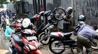 Sejumlah kendaraan bermotor mogok karena nekat menerobos banjir di depan Mall Gandaria City, Jakarta, Sabtu (27/8). Hujan intensitas tinggi membuat jalan tersebut banjir setinggi 30-50 cm. (Liputan6.com/Helmi Afandi)