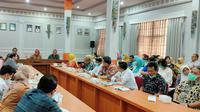 Rapat koordinasi pemerintah se Ciayumajakuning menyatakan komitmen bersama mencegah penyebaran virus dan mengatasi pasien covid-19 di Pantura Jawa Barat. Foto (Liputan6.com / Panji Prayitno)