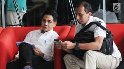 Dirut PT Pupuk Indonesia Holding Company Aas Asikin Idat (kiri) usai menjalani pemeriksaan di Gedung KPK, Jakarta, Selasa (14/5/2019). Aas diperiksa sebagai saksi dalam kasus dugaan suap bidang pelayaran antara PT Pupuk Indonesia Logistik dan PT Humpuss Transportasi Kimia. (merdeka.com/Dwi Narwoko)