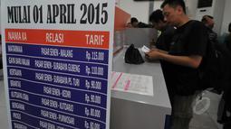 Pengumuman kenaikan harga tiket terpampang di Stasiun Pasar Senen, Jakarta, Jumat (13/3/2015). PT KAI akan menaikkan harga tiket per 1 April 2015, kenaikan dipengaruhi oleh fluktuasi harga BBM. (Liputan6.com/Johan Tallo)